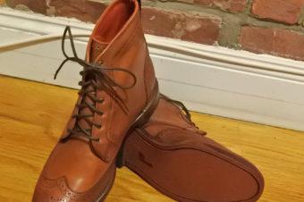 ショーツにはスニーカー、冬は革靴