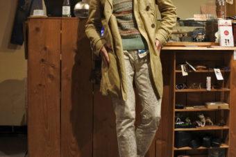 コート活用術。春を意識しつつ防寒も兼ねたスタイルを。